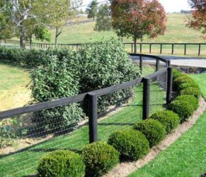 This is the entrance to Jonabel Farms and shows just how great wire can be made to look. This curve is done without any bracing making it a cleaner looking curve.